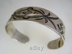 Early 1920 Hm Fred Harvey Era Bracelet Argenté Marqué Navajo Avec Bûches Tourbillonnantes