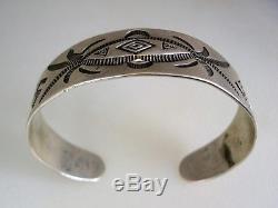 Le Bracelet D'argent Estampé De Navajo De Fred Harvey Era Depuis 1920 Des Années 20 Avec Les Journaux Tourbillonnants